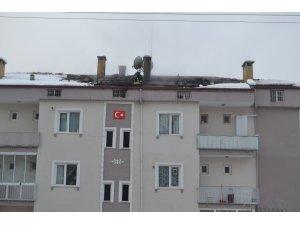 Sitenin çatısı alevlere teslim oldu