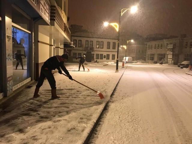 Akşehir'de kar temizleme çalışmalarını sürdürüyor