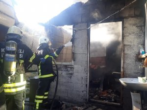 Mutfakta çıkan yangın iş yerini küle çeviriyordu