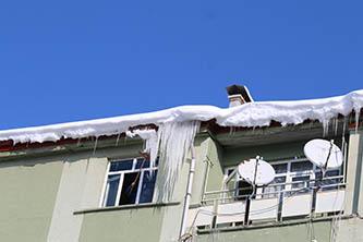 Seydişehir'de çatılarda oluşan buz sarkıtları korkutuyor