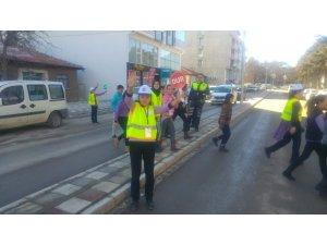 590aea3444166 Minik öğrenciler uygulamalı trafik denetiminde hatalı sürücülere ceza yazdı
