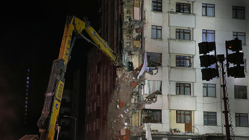 Kartal'da riskli binalardan ilkinin yıkımına başlandı