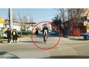 Küçük çocuğun bisiklet selesinde ayakta tehlikeli yolculuğu