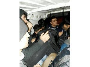 5 kişilik araçtan 12 kaçak göçmen çıktı