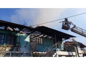 Yangın bir evi kullanılmaz hale getirdi