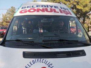 Seçim çalışmasına partinin hazırlattığı minibüsle gittiler