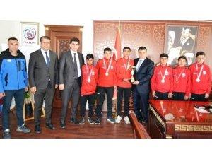 Şampiyon krosçulardan Kaymakam Mehmetbeyoğlu'na ziyaret