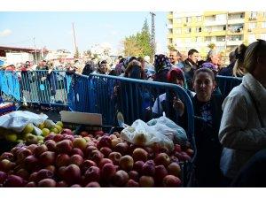 Adana'da ucuz meyve ve sebze kuyruğu
