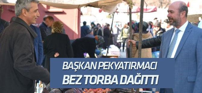 Başkan Pekyatırmacı Bez Torba Dağıttı