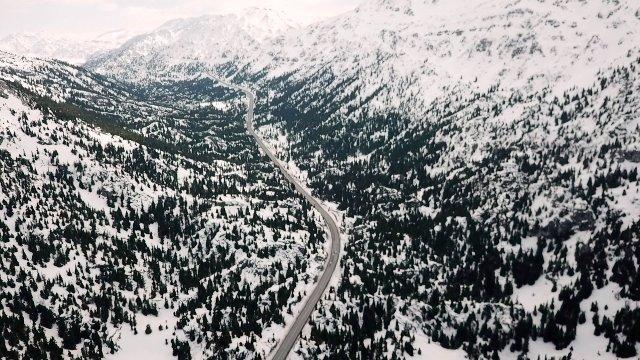 Beyaz gelinlikli Toroslar havadan görüntülendi