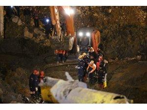 İzmir'deki göçük faciasında ulaşılan ikinci işçinin cansız bedeni enkazdan çıkarıldı