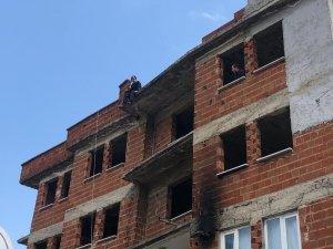 Karısı terk edince çatıya çıktı polis zorlukla aşağı indirdi