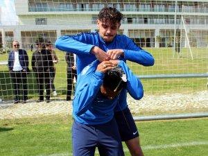 Antalyaspor'da antrenman bitiminde çifte doğum günü kutlaması