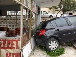 El freni çekilmeyen otomobil merdivenden inip dükkana çarptı