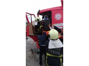 Yol süpürme aracına çarpan kamyonun sürücüsü sıkıştı