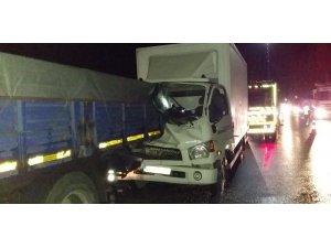 Tıra çarpan kamyonet sürücüsü ve yanındaki yolcu sıkıştı