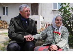 Oflu 105 yaşındaki Ayşe Nine'nin Erdoğan sevgisi