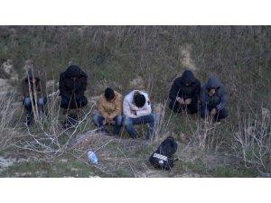Kaçak göçmenleri arabadan indirip kaçtı