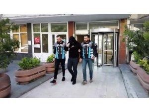 İstanbul'da trafikte arkadaşına pet şişe atan motosikletli maganda yakalandı
