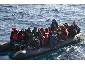 İnsan kaçakçıları cankurtaran yeleği yetmeyince göçmenlere otomobil iç lastiği dağıtmış