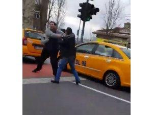 Beşiktaş'ta taksicilerin trafik kavgası kamerada