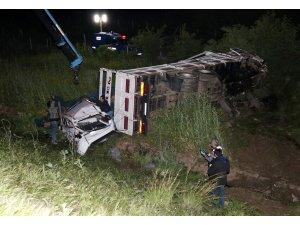 İzmir'de kamyon ile otomobil şarampole devrildi: 1 ölü, 1 yaralı