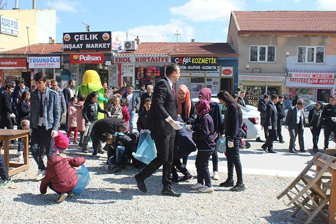 Öğrenciler, geri dönüşüme dikkat çekmek için çöp topladı