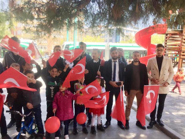 Ülkü Ocakları Türk Bayrağı dağıttı