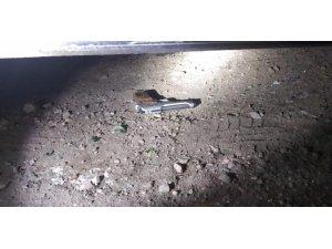 Polisi görünce silahları aracın altına attılar