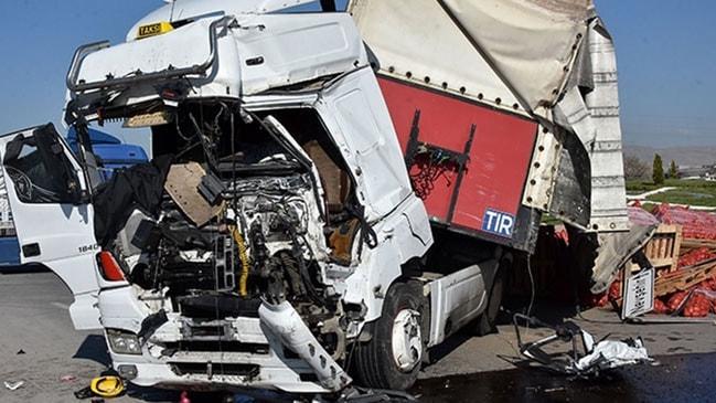 Konya'da feci kaza! İşçi servisi ile TIR çarpıştı!