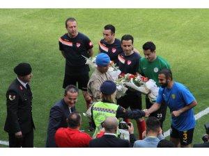 Jandarma'dan takım kaptanlarına çiçek