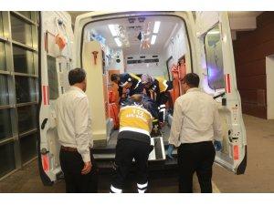 Otomobil traktöre çarptı: 3 yaralı