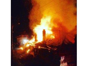 3 ev tamamen yandı