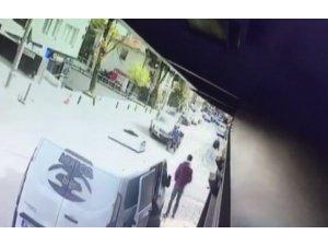 Etiler'de motosikletin minibüsün altına girdiği kaza kamerada