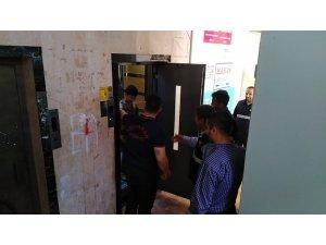 Asansörde mahsur kalan çocuğu itfaiye kurtardı