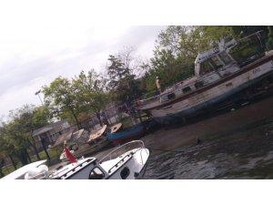 Haliç'te atıl haldeki iki tekne çıkan yangında kül oldu