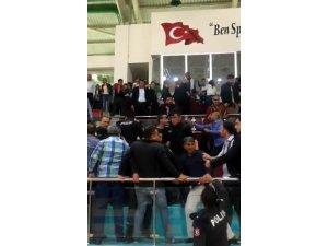 Halk oyunları gösterisinde taraftarlar arasında kavga