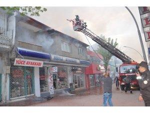Ayakkabı deposunda yangın paniği