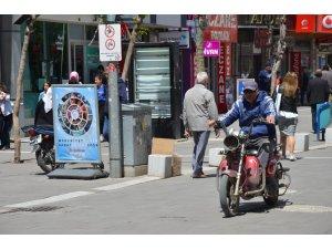 Uşak'ta trafiğe kapalı caddede motor sürücüleri cirit atıyor