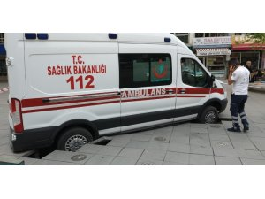 Olaya giden ambulans zemine saplandı