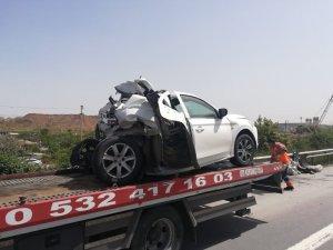 TEM'de tırın arkadan vurduğu otomobilin yarısı yok oldu: 2 ağır yaralı