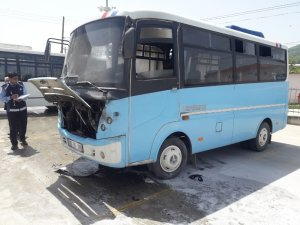 Yolcu bekleyen midibüs alev alev yandı