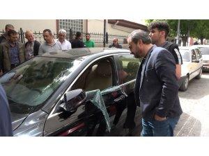 Herkesin gözü önünde otomobilin camını patlatıp hırsızlık yaptılar
