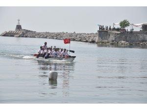 İstanbul'dan aldıkları Türk Bayrağı'nı Zonguldak'a getirdiler.