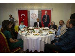 Bakan Selçuk, şehit öğretmenlerin ailelerine iftar verdi