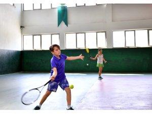 Genç tenisçiler profesyonelleri aratmadı