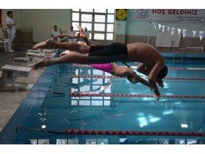 Malatya'da yüzme grup müsabakaları