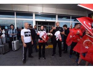 Dünya Kupası Şampiyonu Hayriye Türksoy Çiçeklerle Karşılandı