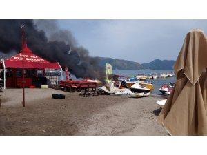 Ek süre talepleri geri çevrilince benzin döktükleri malzemeleri ateşe verdiler