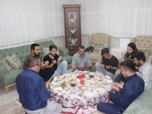 Tutal iftar sofrasında öğrencileri evinde konuk etti